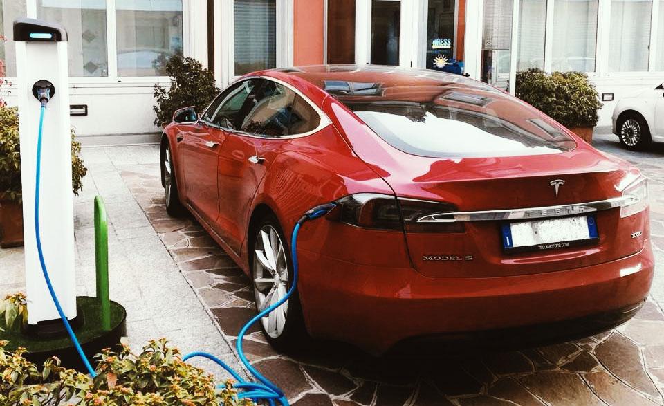Le batterie delle auto elettriche costeranno la metà?